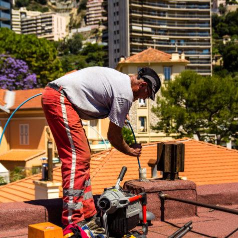 ouvrier qui débouche une colonne verticale - Algora environnement